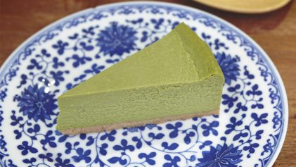 green tea matcha cheesecake on blue porcelain plate | The Best of Hong Kong's Central District | Hong Kong Travel Video | ANYDOKO